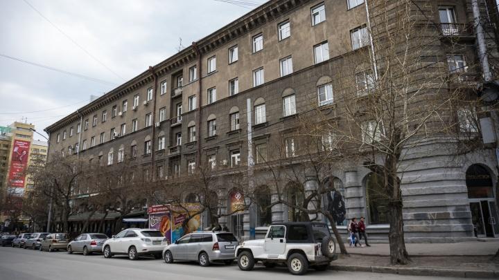 На Ленина не протолкнуться: дом на улице в центре Новосибирска окружат лесами