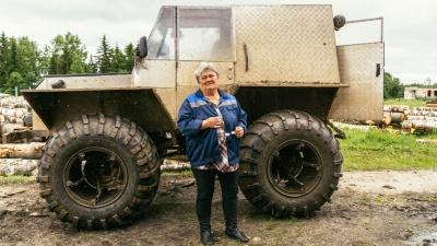 Таёжная почта: жительница Тарского района возит посылки на самодельном болотоходе
