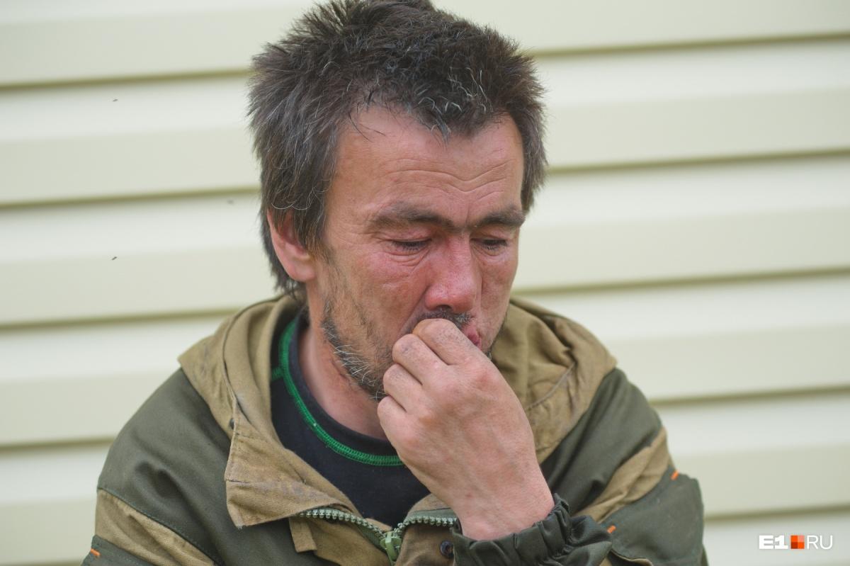 «Извините, я пью, мне нечего в жизни делать». История мужчины, потерявшего разом жену и троих детей