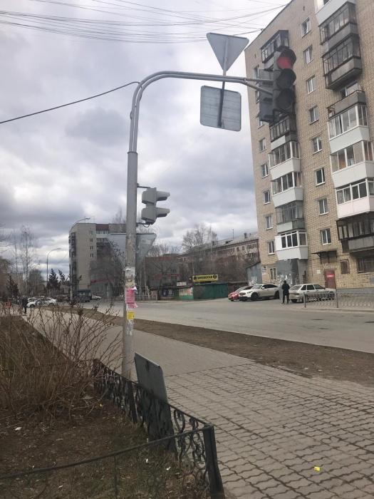 На Уралмаше школьнику на голову прилетел отвалившийся дорожный знак