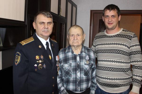 Александр Малков с волонтёрами, вернувшими медаль