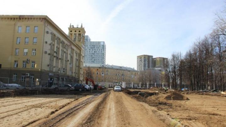 На улице Революции около стадиона «Юность» начали укладывать основание для новой дороги