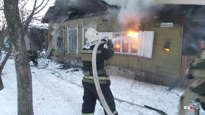 Пожарные уже работают на месте