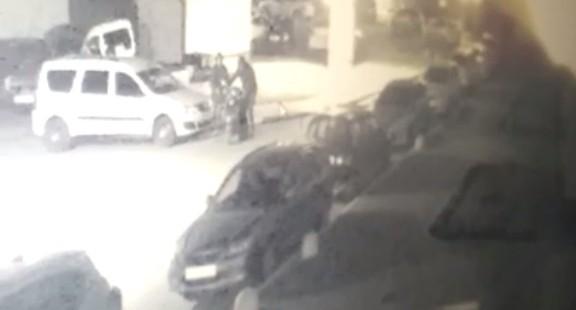На Уралмаше двое парней под прицелом видеокамер утащили мопед из охраняемого двора