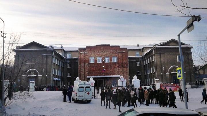 Уроки сорваны, полиция ищет взрывчатку: 25 школ получили письма с угрозами