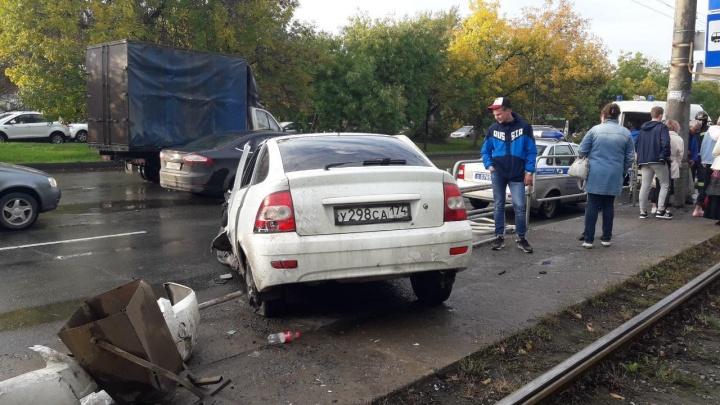 Снёс восемь пролётов ограждения и пешехода: в Челябинске «Приора» влетела в остановку