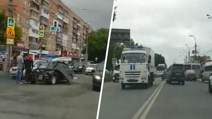 «Легковушка — в хлам»: на «Антошке» произошло ДТП с участием полицейского «воронка»