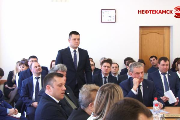 ЗаРатмира Мавлиева (он стоит) депутаты совета проголосовали единогласно