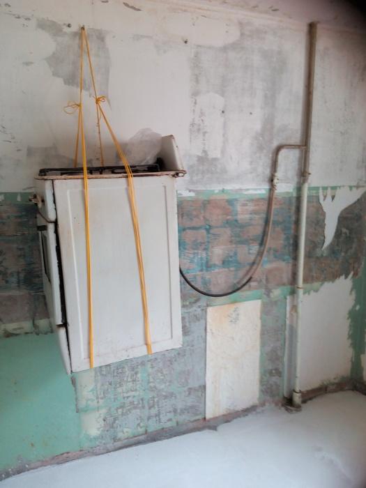 На Сортировке владельцы квартиры не стали отключать плиту во время ремонта, а повесили ее на стену