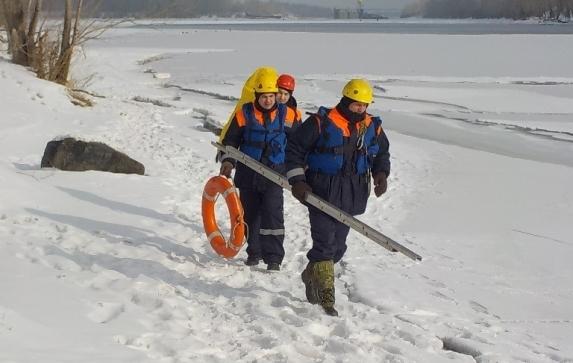 Рыбаки оказались заблокированы на Красноярском водохранилище из-за подтаявшего льда