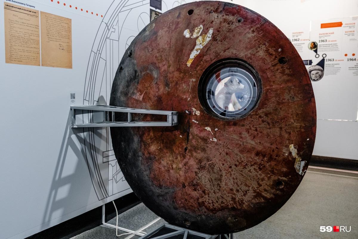 Вся поверхность аппарата была закопчена и выглядела примерно как эта крышка люка