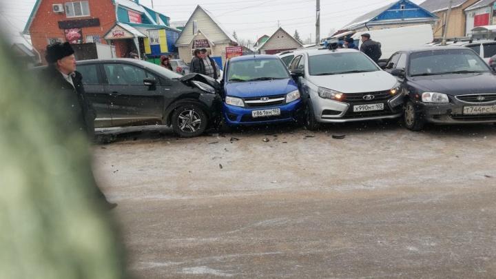 Смял все машины на парковке: в Башкирии водительRenault устроил массовую аварию
