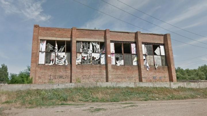 «Обваливается потолок, а дети все равно ходят»: жителей Мелеуза напугал местный дом культуры