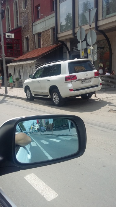 «Я паркуюсь как чудак»: Land Cruiser ААА —король Красного проспекта (фото)
