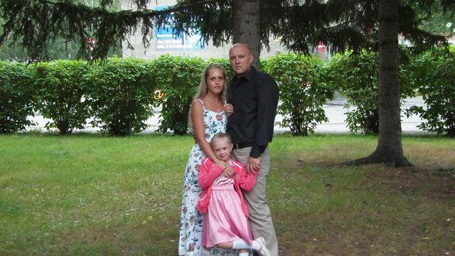 Ольга и Денис Стёпины со старшей дочерью за несколько лет до аварии