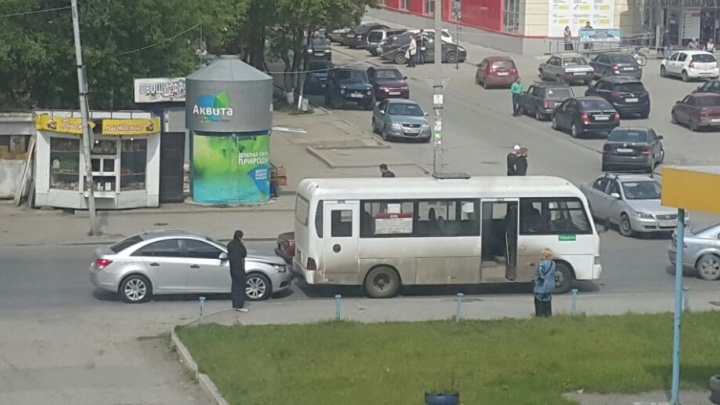 На Сортировке девушка на тонированной иномарке въехала в маршрутку