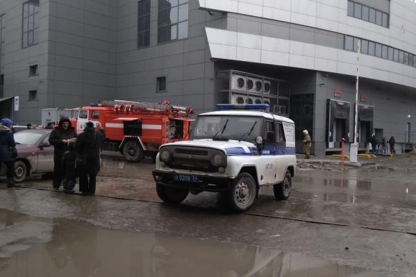 Работникам и посетителям торгового центра на проспекте Дзержинского пришлось выйти из здания из-за пожарной тревоги: на кухне загорелось масло