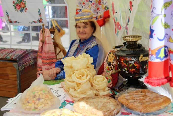 Угощение во время Сабантуя летом 2017 года в Новосибирске — на праздник пришли около 600 горожан