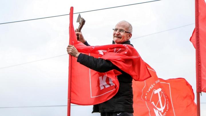 Красный ход: смотрим на шествие коммунистов по Канавинскому мосту в 15 кадрах