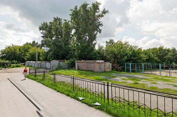 """Детский сад запланирован за школой <nobr class=""""_"""">№&nbsp;3</nobr>2 — участок зарос деревьями и заставлен металлическими гаражами"""
