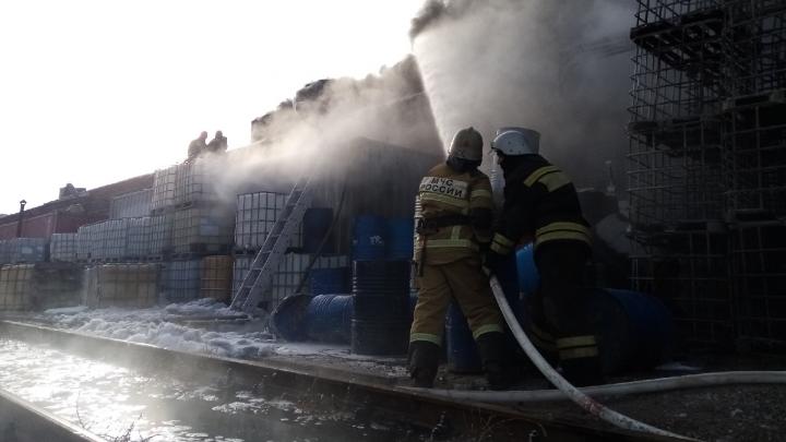 Под Волгоградом потушили склад лакокрасочной продукции