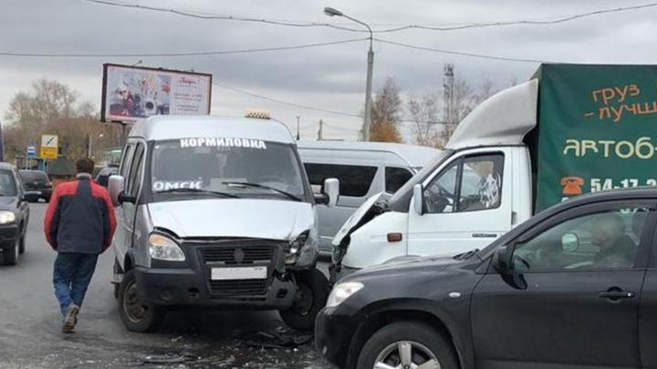 Грузовая «Газель» врезалась в маршрутку до Кормиловки
