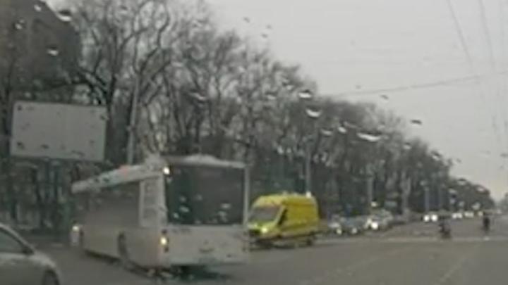 В Ростове накажут водителя автобуса, который не пропустил скорую