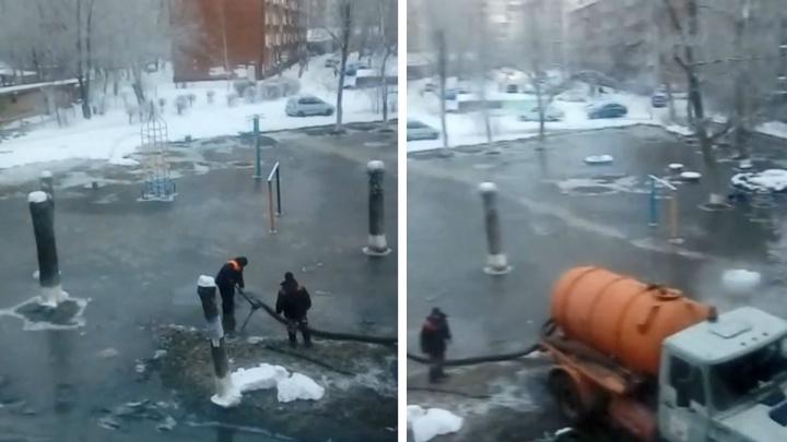 В Омске на улице Романенко детский сад залило горячей водой