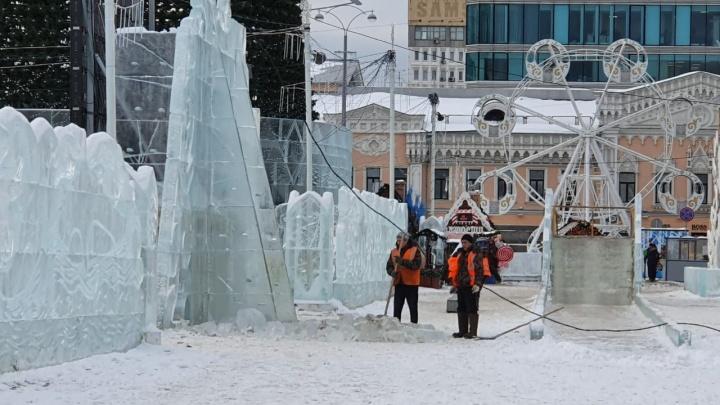 В главном ледовом городке Екатеринбурга из-за оттепели обрушилась стена