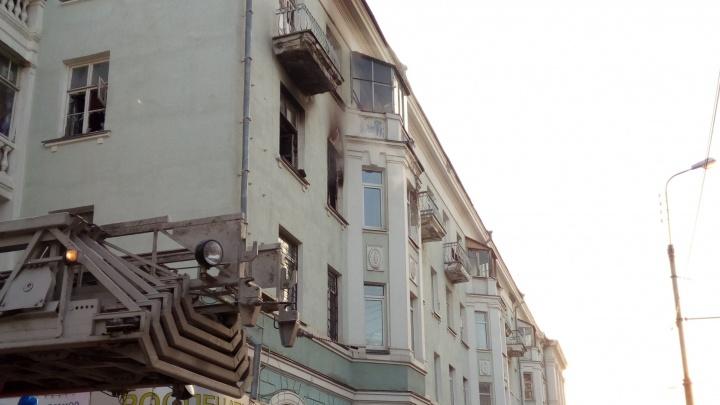"""""""Из окон выбрасывали горящие вещи"""": на Химмаше из-за пожара в доме эвакуировали 25 человек"""