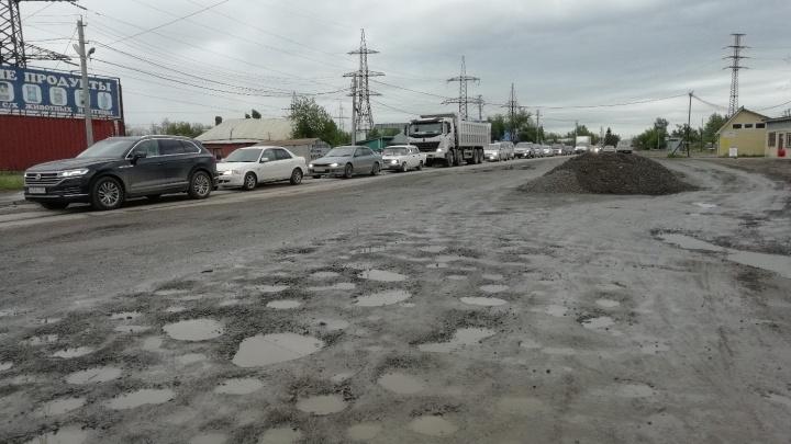 В Новосибирске дорожники отремонтировали перекрёсток, оставив после себя ямы и гору щебёнки