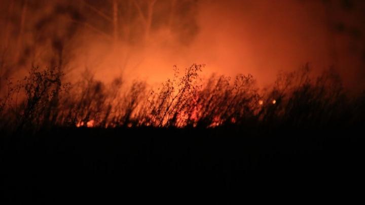 «Это просто ад»: ночное небо над Челябинском окрасилось языками пламени