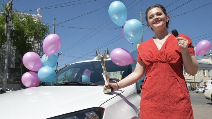 Наставляет одаренных: в Самарской области учителю года подарили машину
