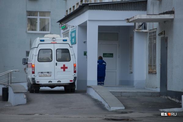 Пострадавшего фельдшера доставили в больницу с травмой головы
