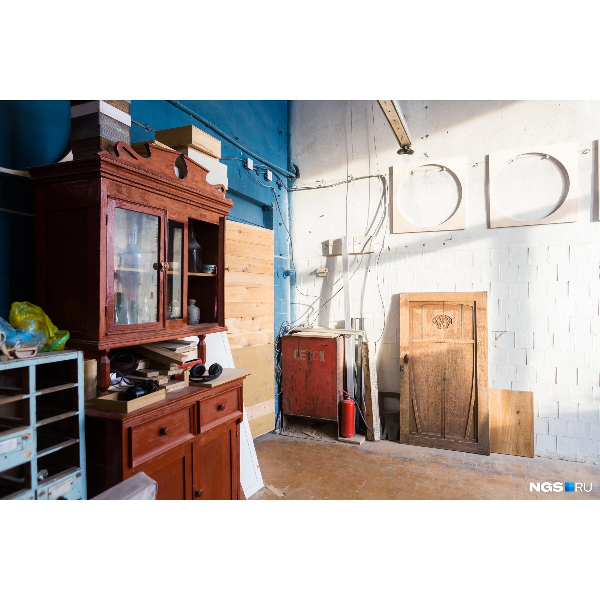 В их мастерской стоит ещё и старая мебель, которую они хотят отреставрировать или применить в каком-нибудь проекте