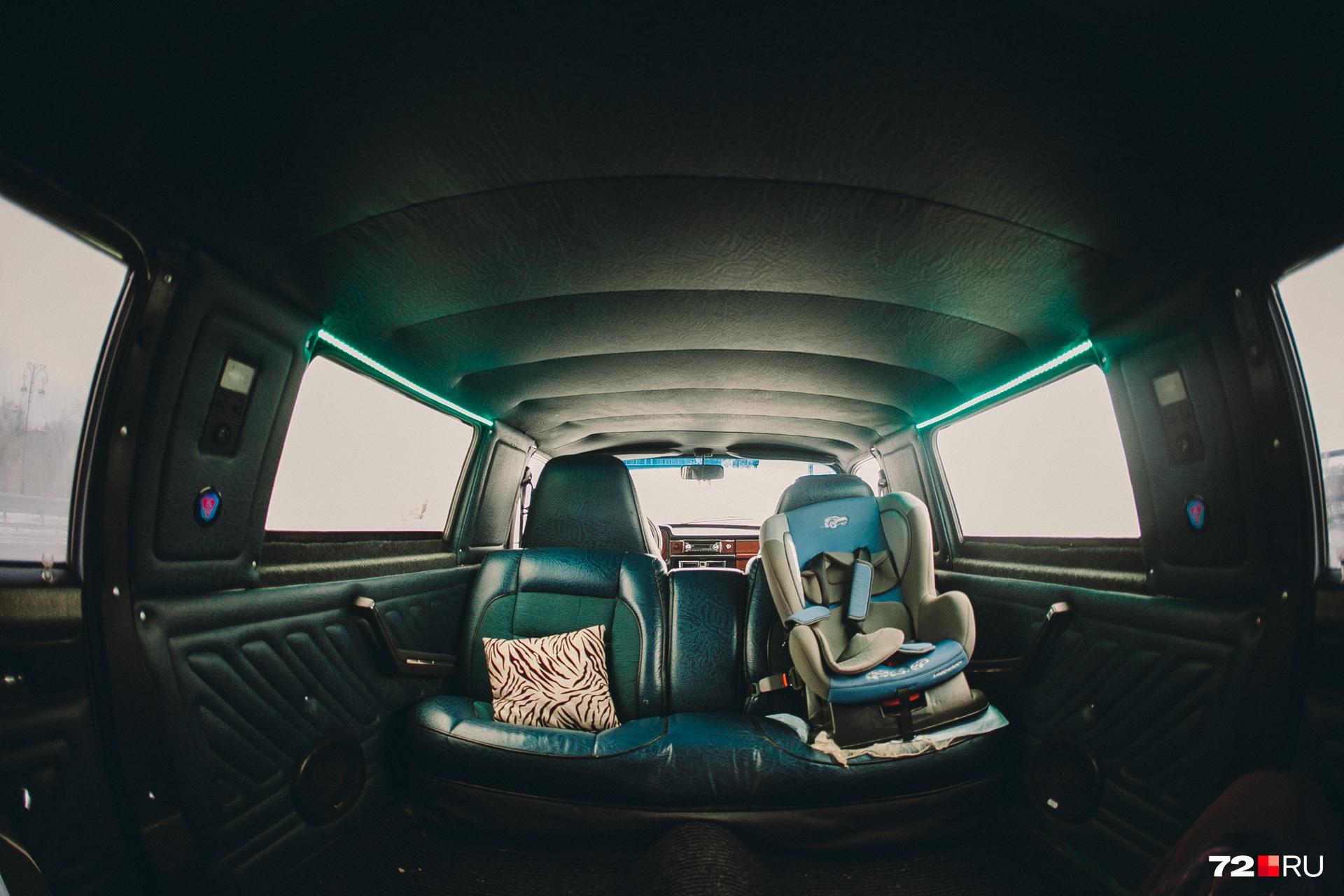 Салон отечественного лимузина действительно очень просторный. Дети, взрослые и пакеты с покупками помещаются сюда без труда