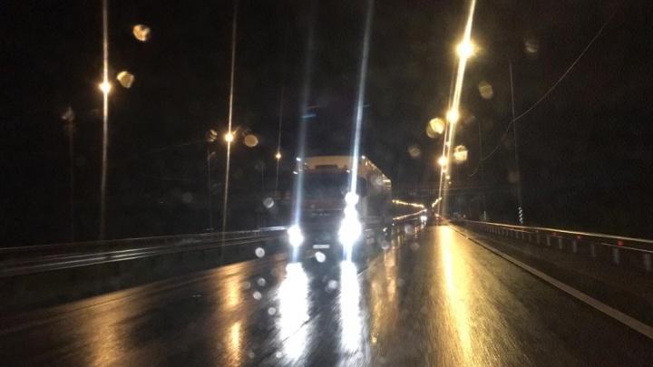 «Из-за дождя и упавших ограждений едут прямо»: на Челябинском тракте фуры поехали по встречке. Видео