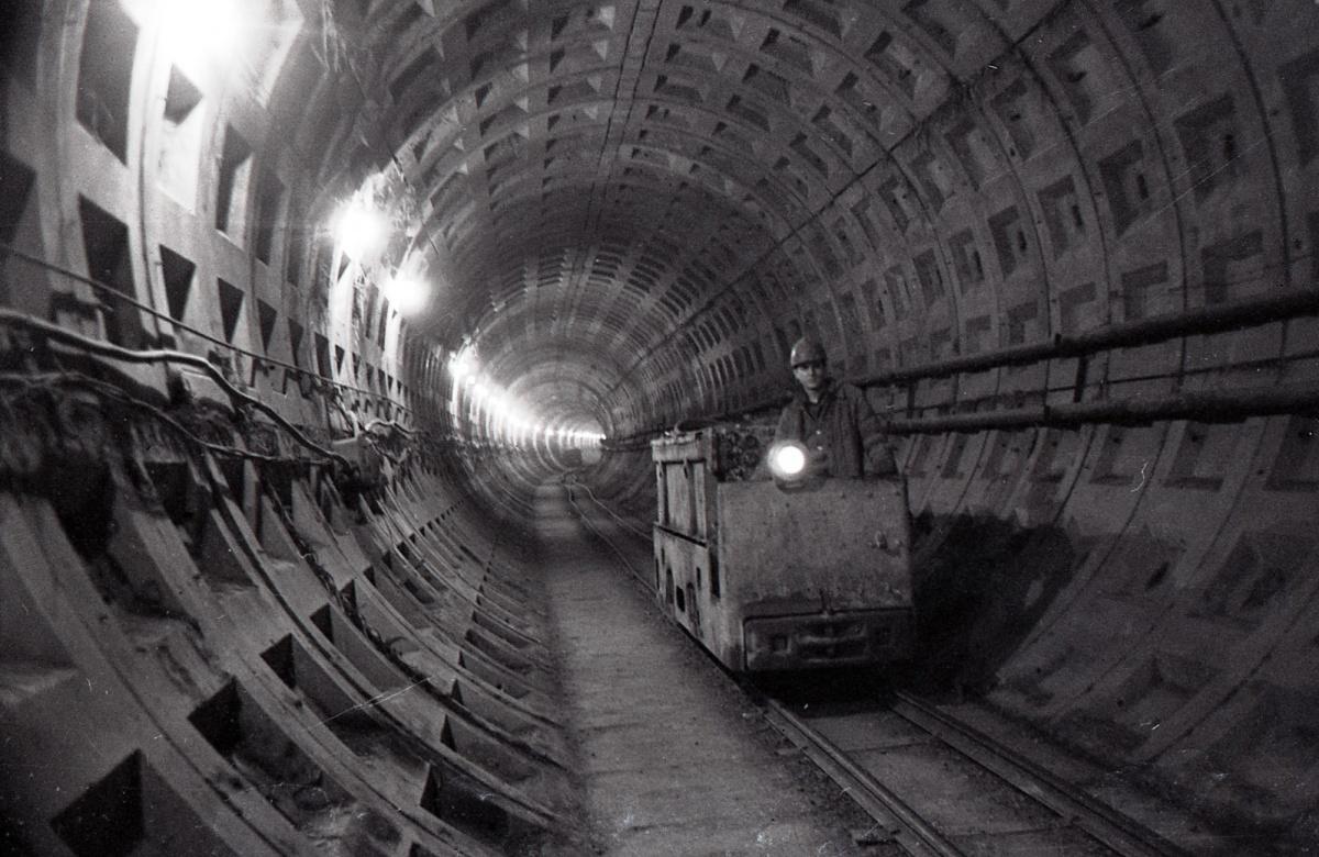 После «Машиностроителей» в направлении «Уральской» метро круто берет вниз