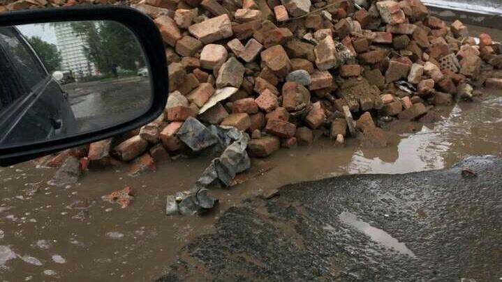 «Вывалили кирпичи с арматурой вместо ремонта»: на Норильской новым способом латают разбитые дороги