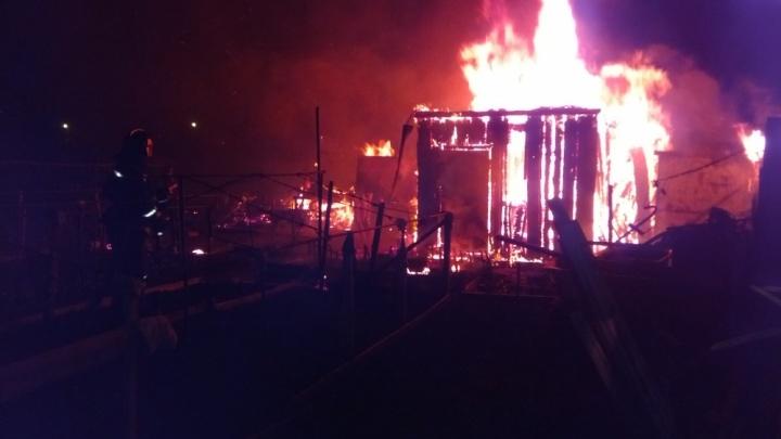 Ночной пожар попал на видео: в Уфе сгорели юрты на Конгресс-холле