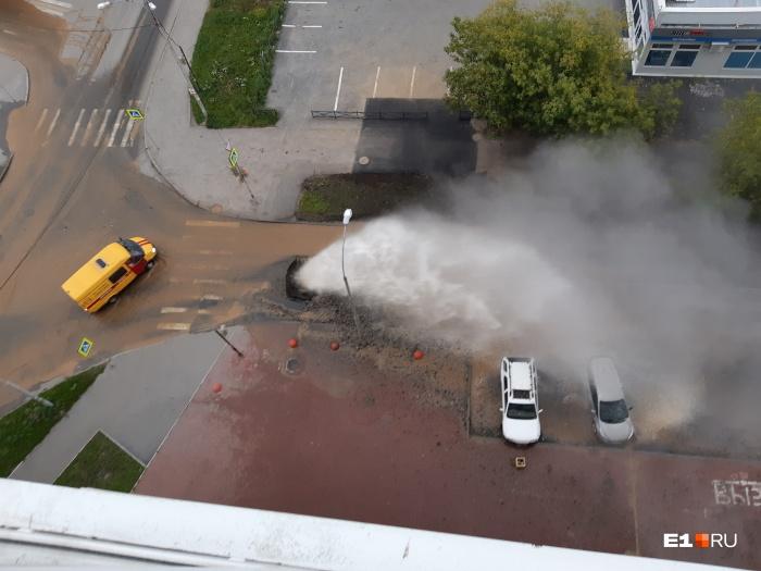 Коммунальный фонтан закидывал куски асфальта на балконы третьего этажа