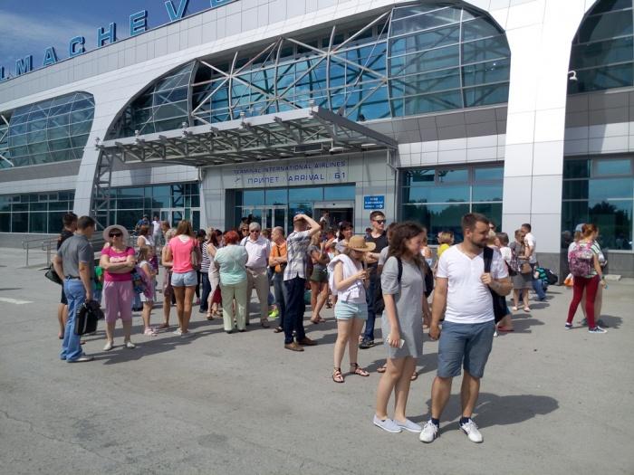 Пассажиры рейсаKAR 2537«Новосибирск – Камрань» ждут автобусов в гостиницу
