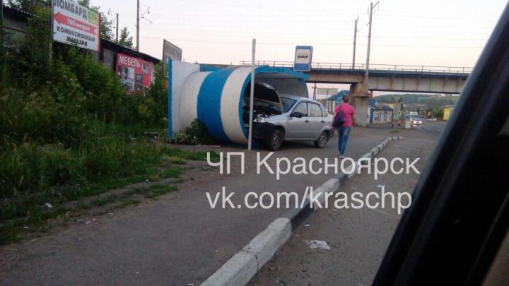 «Лада» влетела в бетонную остановку при повороте на Зыково