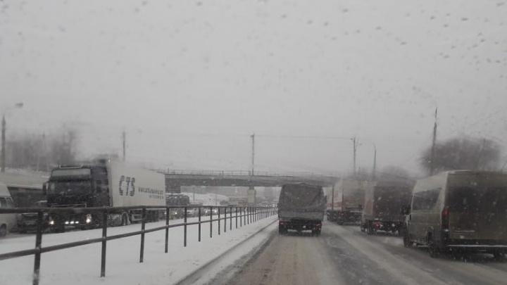 Забуксовавшие в снежной каше фуры остановили движение на Второй Продольной Волгограда