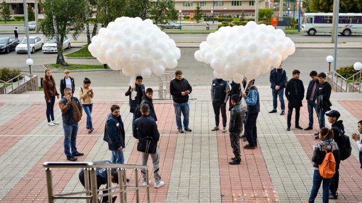 Красноярцы выпустили в небо 334 белых шарика в память о жертвах Беслана