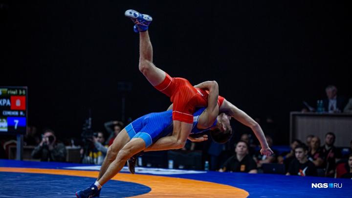 Схватки, боль и победа: 11 лучших фото чемпионата России по греко-римской борьбе