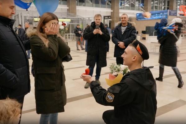 Молодой человек долго пытался открыть коробочку с кольцом и ему помогли родственники