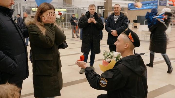 Молодой солдат вернулся со службы и сделал предложение любимой в аэропорту Красноярска
