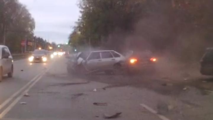 Видеорегистратор снял, как водитель «четырнадцатой» вылетел на встречку и устроил ДТП на Титова