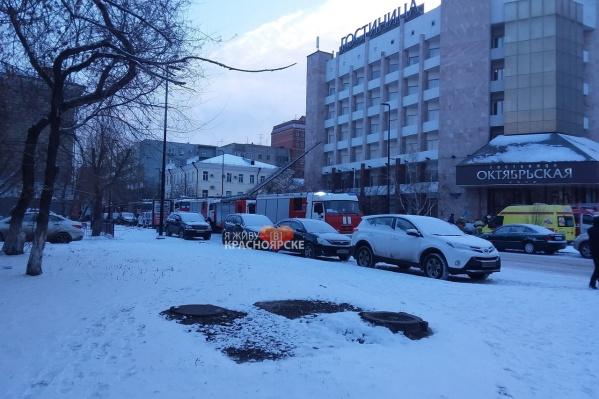 Техника МЧС, полиции и машины реанимации стояли у гостиницы «Октябрьская»